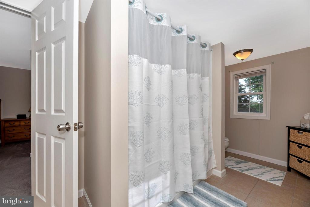 Spacious master bathroom. - 4110 SHADY LN, KNOXVILLE