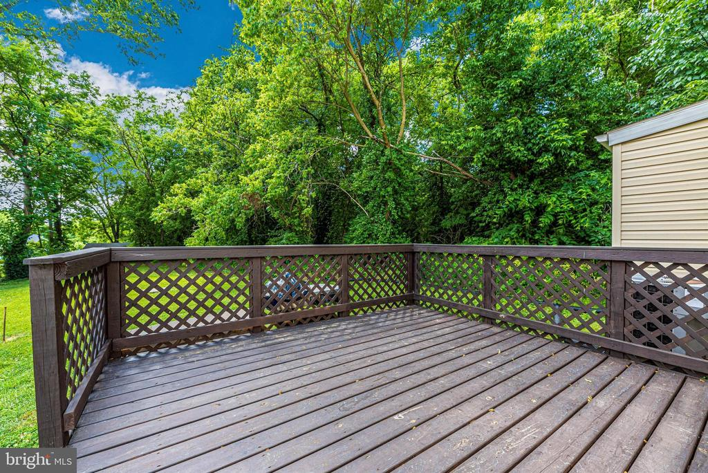 Side deck overlooking spacious backyard. - 4110 SHADY LN, KNOXVILLE