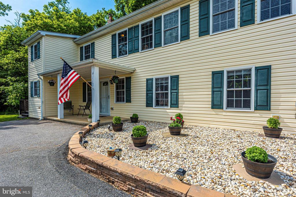 Well maintained 3 bed 2 1/2 bath carriage home. - 4110 SHADY LN, KNOXVILLE