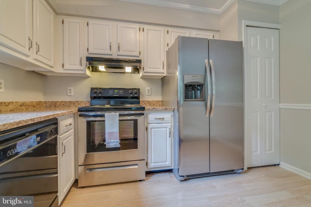 New Stainless Stove and Refrigerator - 15415 BEACHWATER CT, DUMFRIES