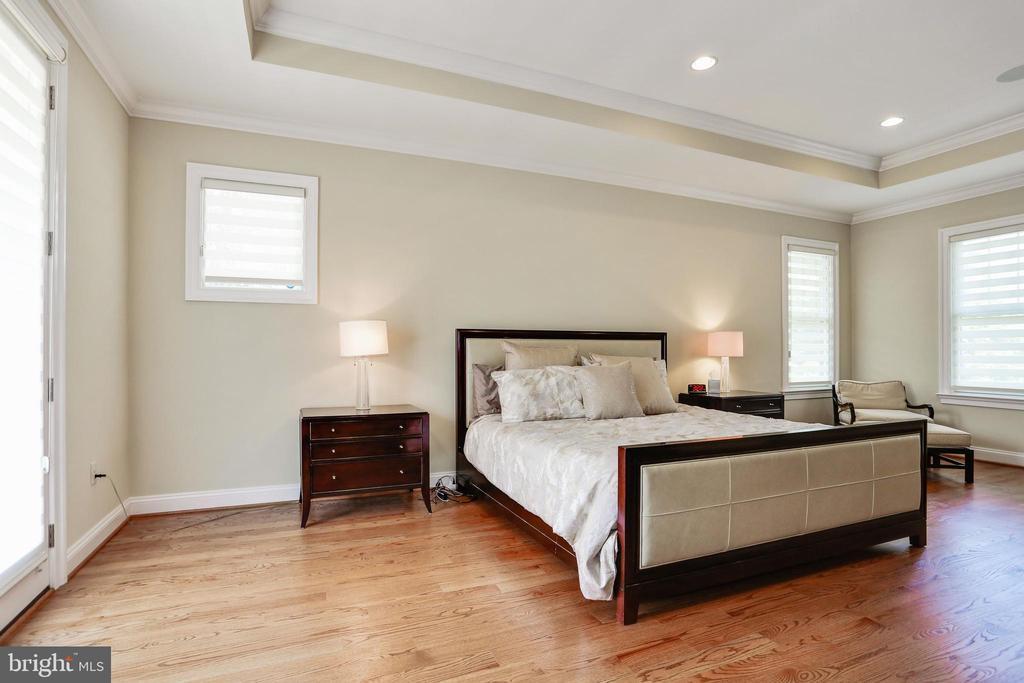 tray ceiling, rich wood floors, recessed lighting - 3401 N KENSINGTON ST, ARLINGTON