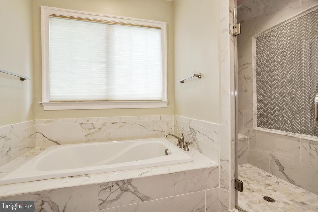 soaking tub and large walk in shower - 3401 N KENSINGTON ST, ARLINGTON
