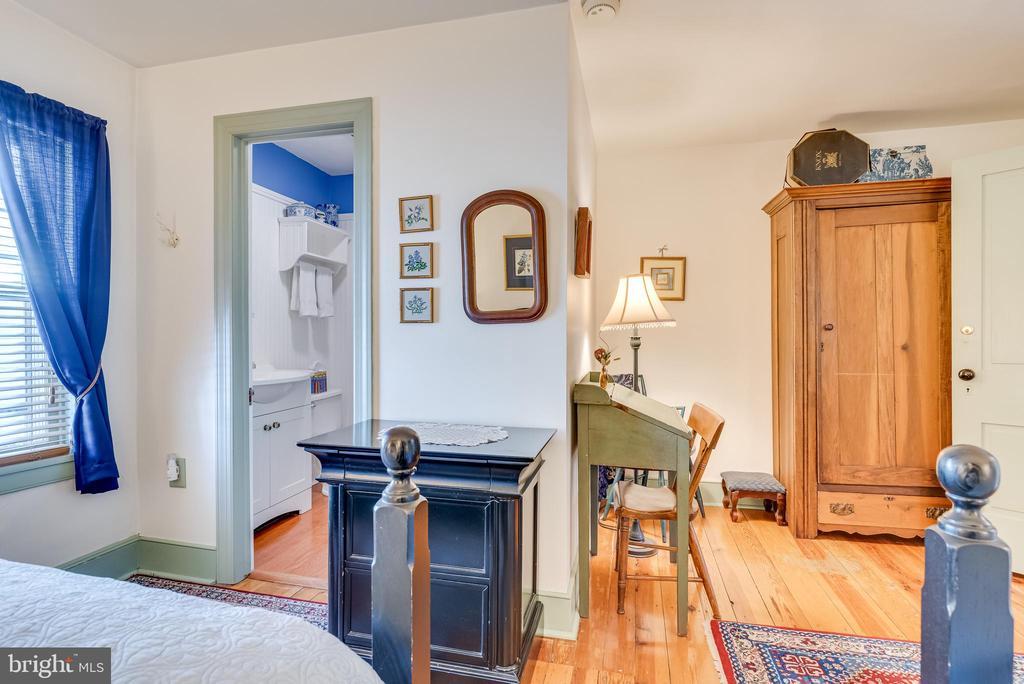 Upper level Bdrm, full Bathroom hardwood floors - 300 W GERMAN ST, SHEPHERDSTOWN