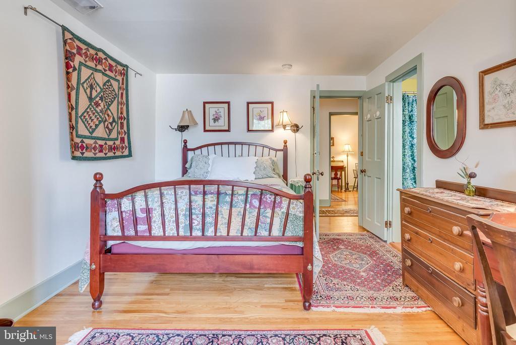 Upper level Bedroom, hrdwd flrs, hallway - 300 W GERMAN ST, SHEPHERDSTOWN