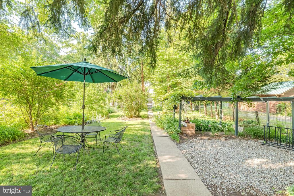 well designed back yard pathways and landscaping - 300 W GERMAN ST, SHEPHERDSTOWN