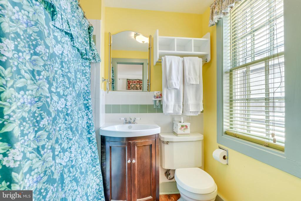 Upper level full bath - 300 W GERMAN ST, SHEPHERDSTOWN