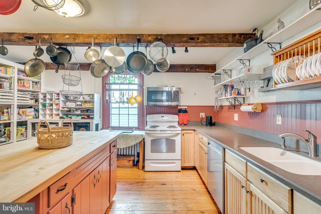 Well designed kitchen, hardwood flooring - 300 W GERMAN ST, SHEPHERDSTOWN