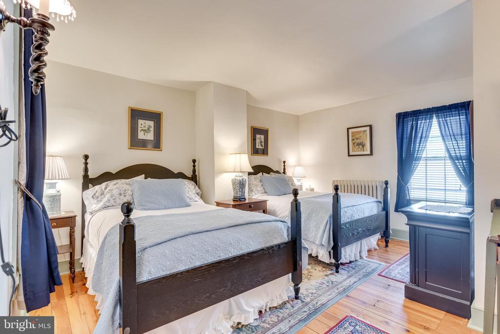 Upper level Bedroom w hardwood floors - 300 W GERMAN ST, SHEPHERDSTOWN