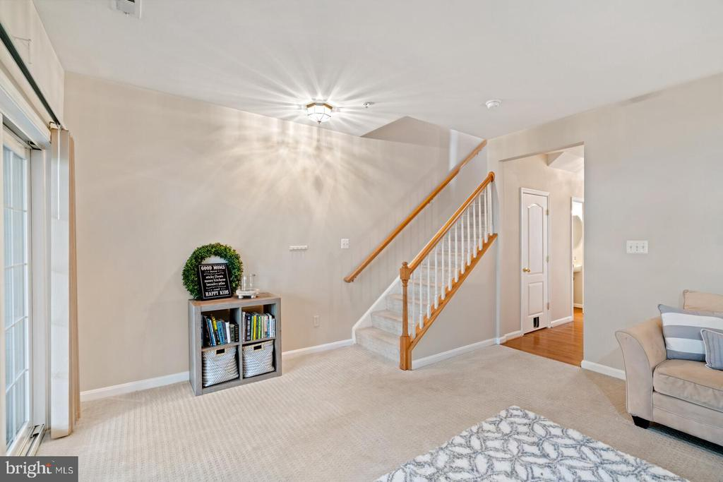 Level walk-out to the rear yard - 13011 PARK CRESCENT CIR, HERNDON