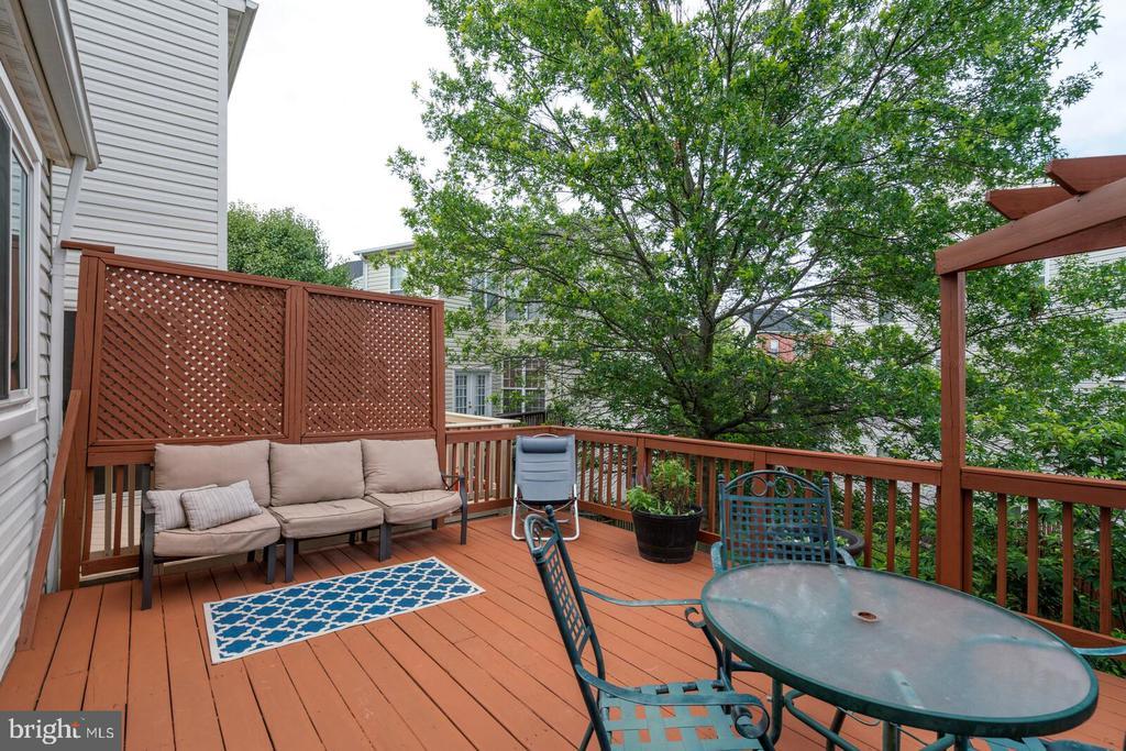 Full width deck - 13011 PARK CRESCENT CIR, HERNDON