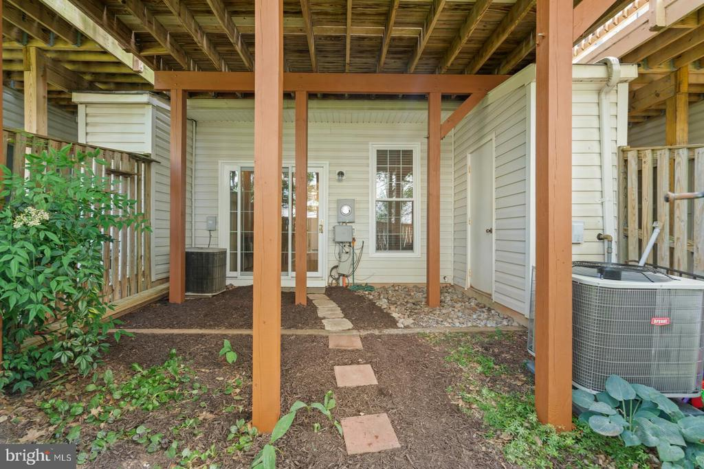Walkway out to the yard - 13011 PARK CRESCENT CIR, HERNDON