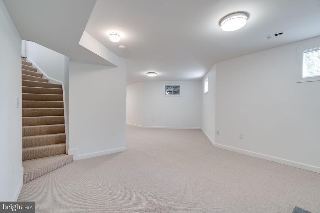 Stairway to Main Level - 9413 ENGLEFIELD CT, FAIRFAX STATION