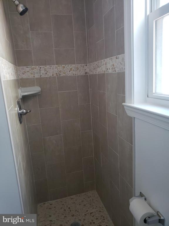Main level full bathroom - 1601 WOODHILL CT, LANDOVER