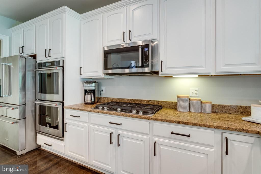 Top-of-the-line KitchenAid appliances. - 2796 MARSHALL LAKE DR, OAKTON