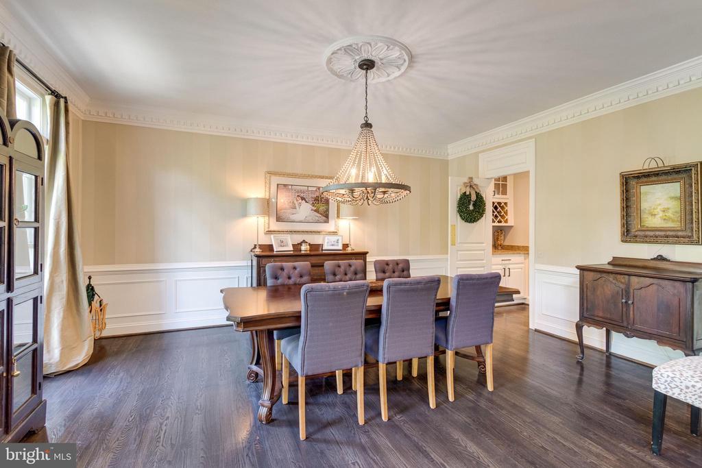Formal dining room has chair rail w/box trim below - 2796 MARSHALL LAKE DR, OAKTON