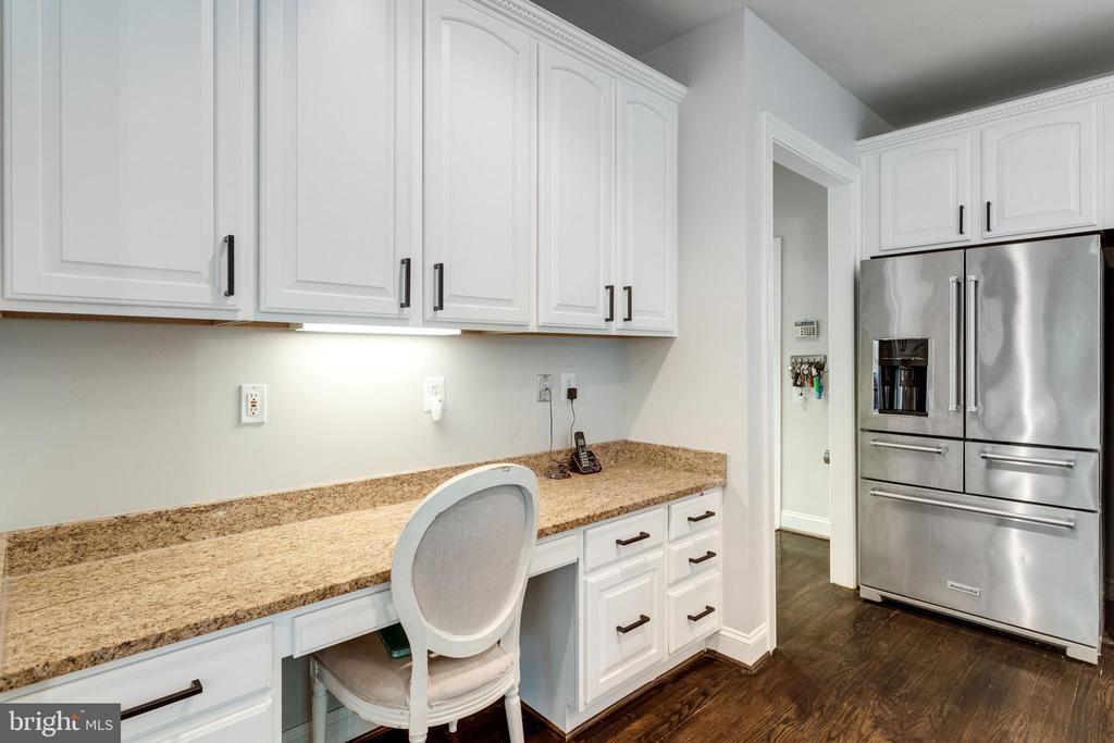 Kitchen desk and work station. - 2796 MARSHALL LAKE DR, OAKTON