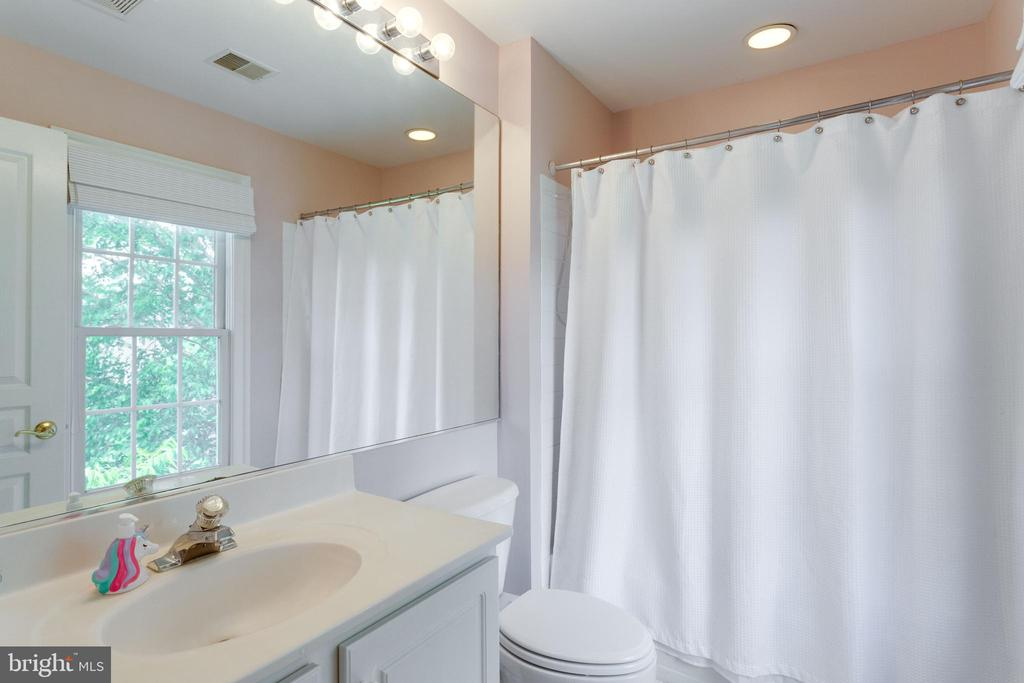Full bath ensuite to bedroom #2. - 2796 MARSHALL LAKE DR, OAKTON