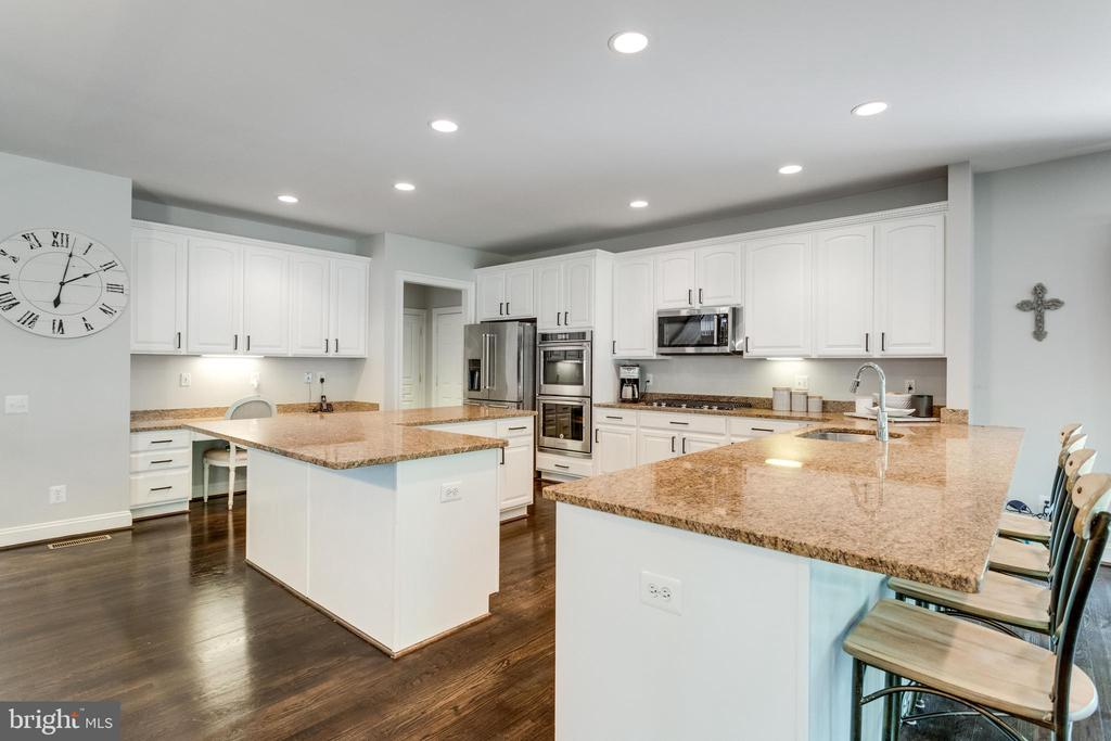 This kitchen has an abundance of counter top space - 2796 MARSHALL LAKE DR, OAKTON