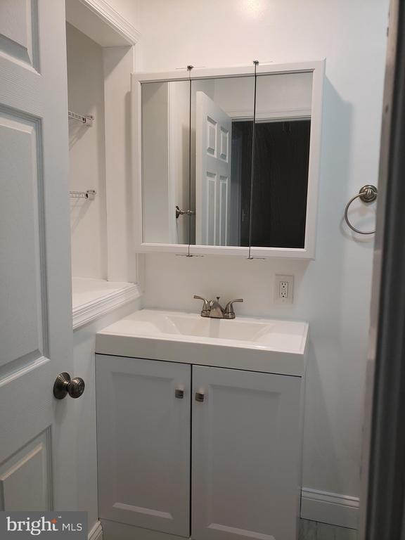 Upstairs full bathroom - 1601 WOODHILL CT, LANDOVER