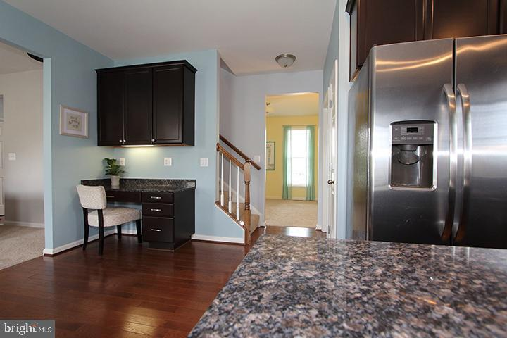 Built in kitchen desk with upgraded cabinets - 17352 TEDLER CIR, ROUND HILL