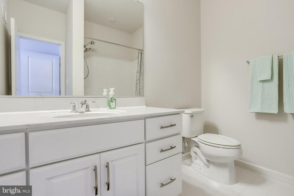 Upper-Level Second Full Bathroom - 23297 SOUTHDOWN MANOR TER #116, ASHBURN