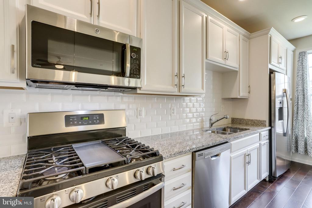 Kitchen w/Stainless Steel Appliances & Gas Cooking - 23297 SOUTHDOWN MANOR TER #116, ASHBURN