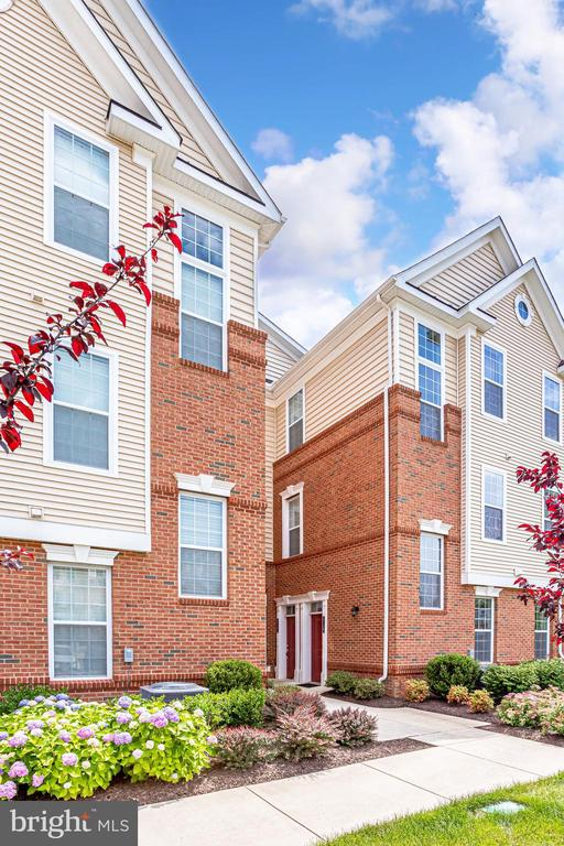 Beautiful Grounds and Landscaping - 23297 SOUTHDOWN MANOR TER #116, ASHBURN
