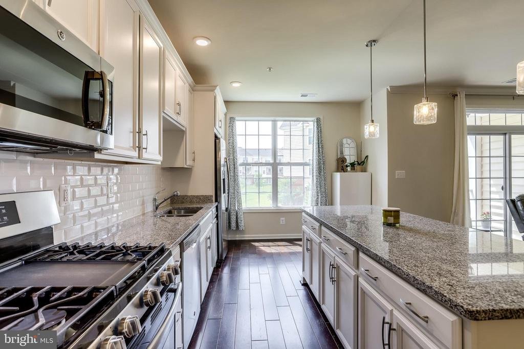 Kitchen with Subway Tile Backsplash - 23297 SOUTHDOWN MANOR TER #116, ASHBURN