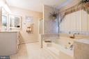 Elegant master bath - 22 BALLANTRAE CT, STAFFORD