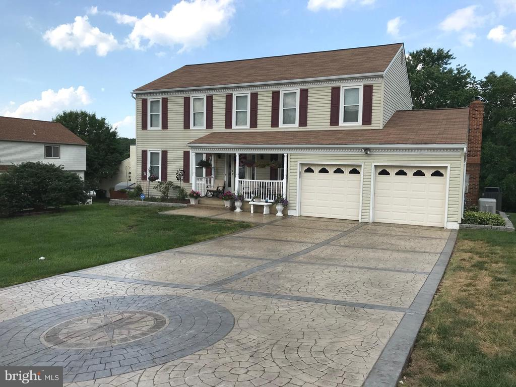 Home with gorgeous stamped concrete driveway! - 22 BALLANTRAE CT, STAFFORD