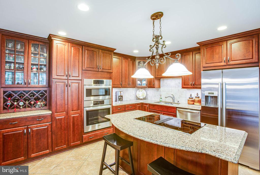 beautiful kitchen with center island - 8105 WATERFORD DR, SPOTSYLVANIA