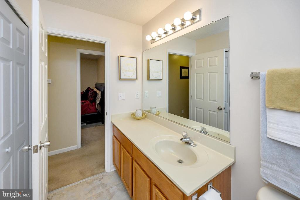 Full bath across hall from bedrooms - 10109 HERIOT ROW CT, FREDERICKSBURG