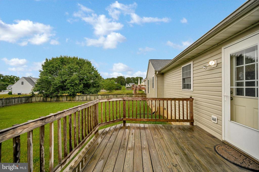 Large deck with kitchen access - 10109 HERIOT ROW CT, FREDERICKSBURG
