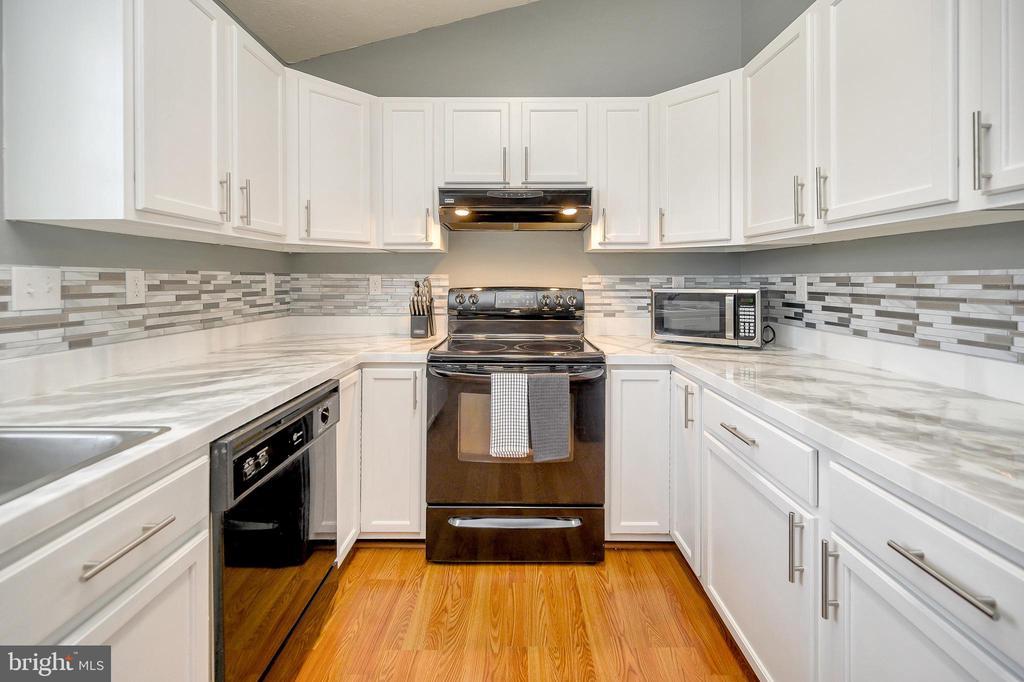 Updated kitchen bright cabinets and new backsplash - 10109 HERIOT ROW CT, FREDERICKSBURG