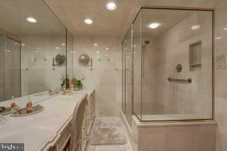 Master Bath with Oversized Shower - 5809 NICHOLSON LN #409, NORTH BETHESDA