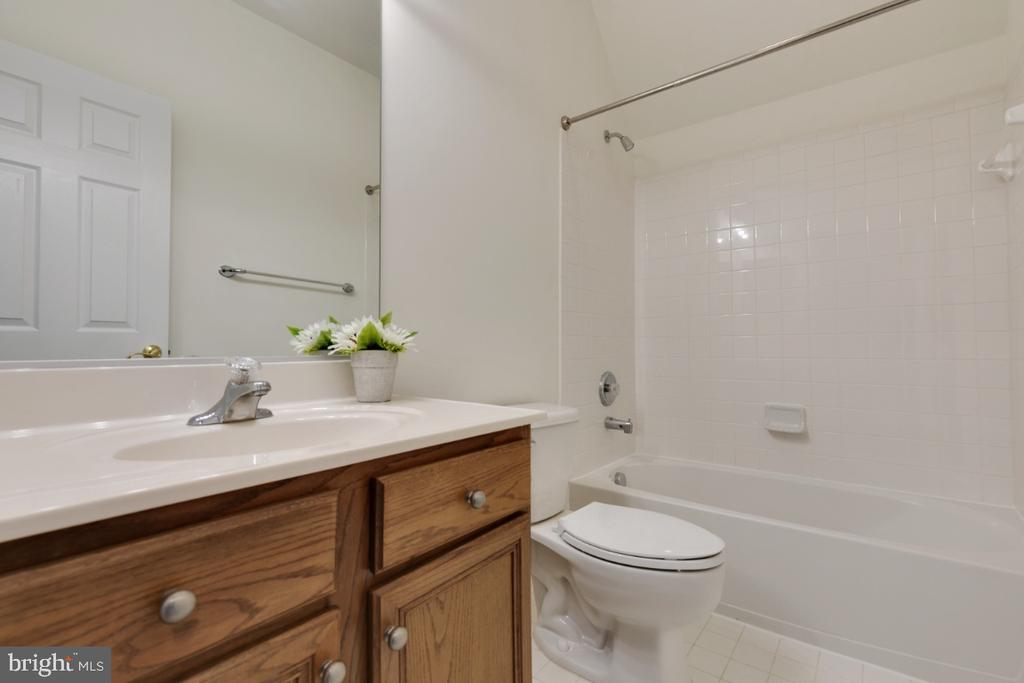 Upstairs hall full bath! - 43597 MERCHANT MILL TER, LEESBURG