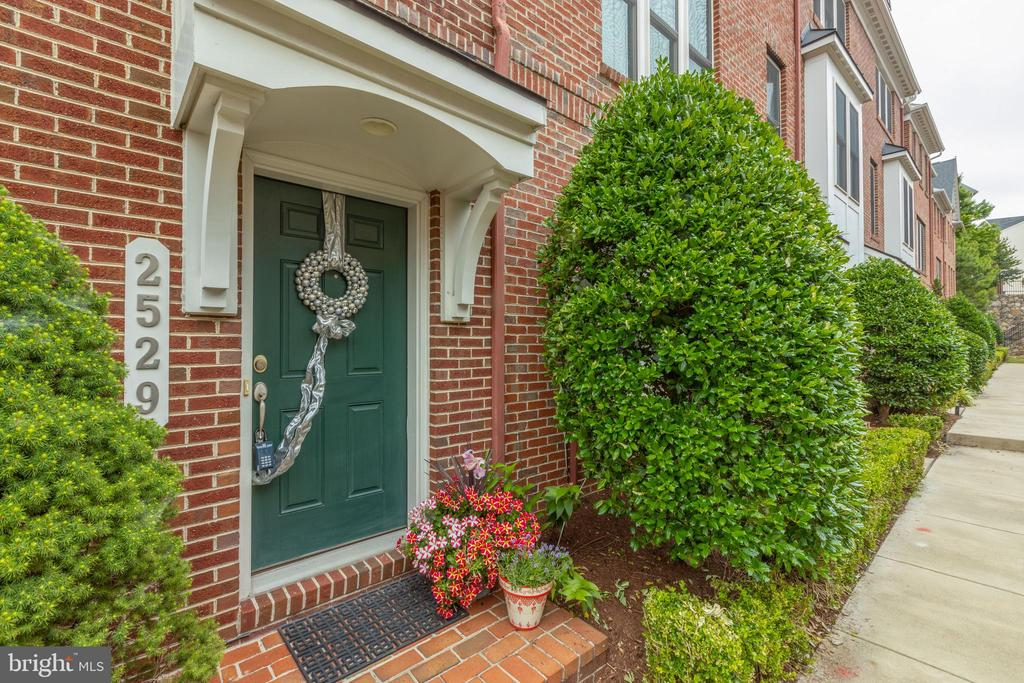 Welcome home - 2529 S KENMORE CT, ARLINGTON
