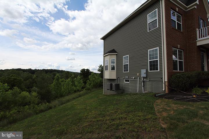 Rear of home with private backyard - 20999 HONEYCREEPER PL, LEESBURG