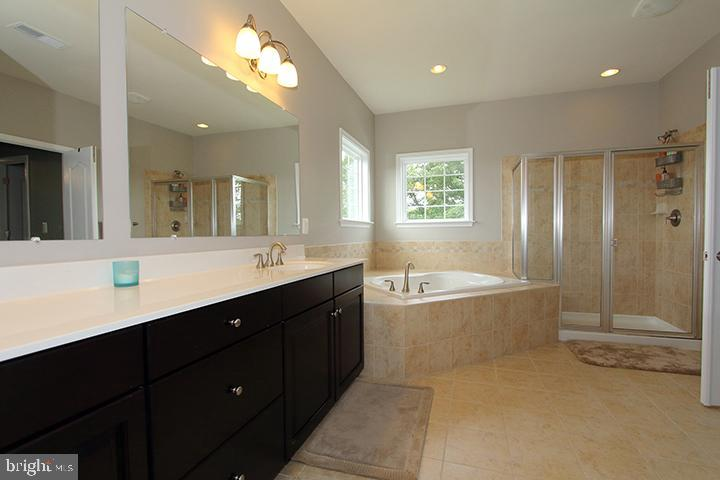 Master bathroom with soaking tub - 20999 HONEYCREEPER PL, LEESBURG