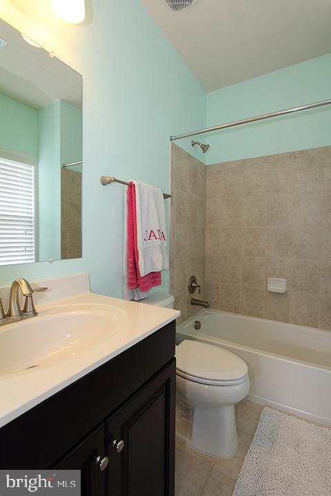 Princess suite's full bathroom - 20999 HONEYCREEPER PL, LEESBURG