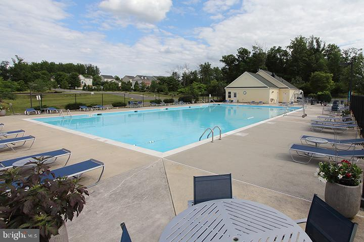 Community pool - 20999 HONEYCREEPER PL, LEESBURG