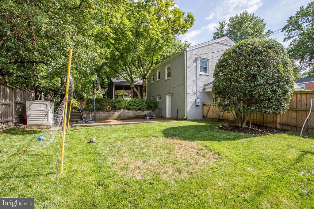 mature trees and shrubbery grace the grounds - 3831 N ABINGDON ST, ARLINGTON