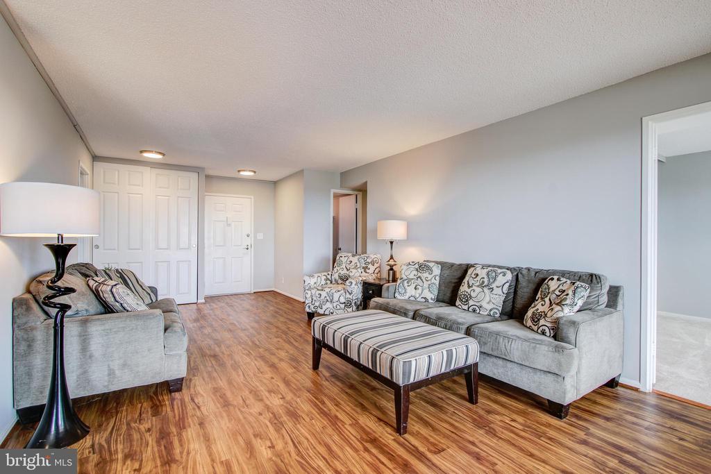 Living Room - Opposite View Towards Entry Foyer - 5902 MOUNT EAGLE DR #1406, ALEXANDRIA
