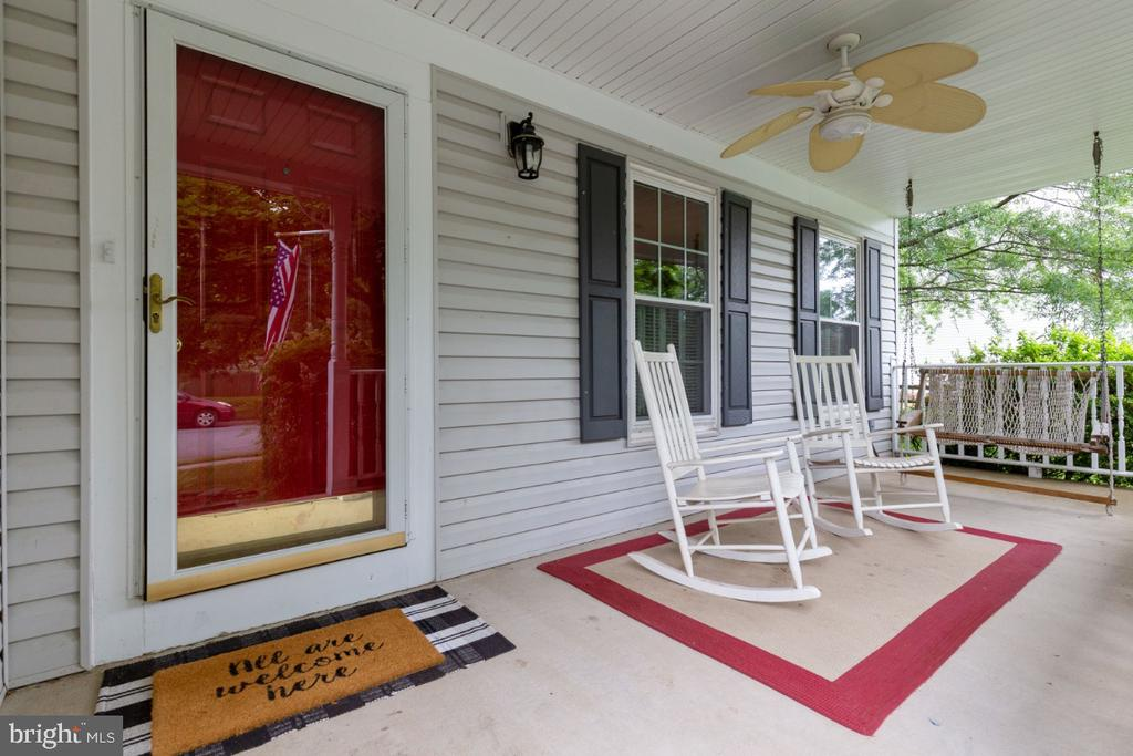 Inviting Front Porch - 109 N LAURA ANNE DR, STERLING