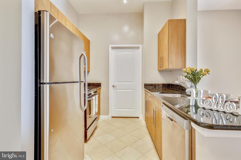 Kitchen - stainless appliances &  granite counters - 1021 N GARFIELD ST #1030, ARLINGTON