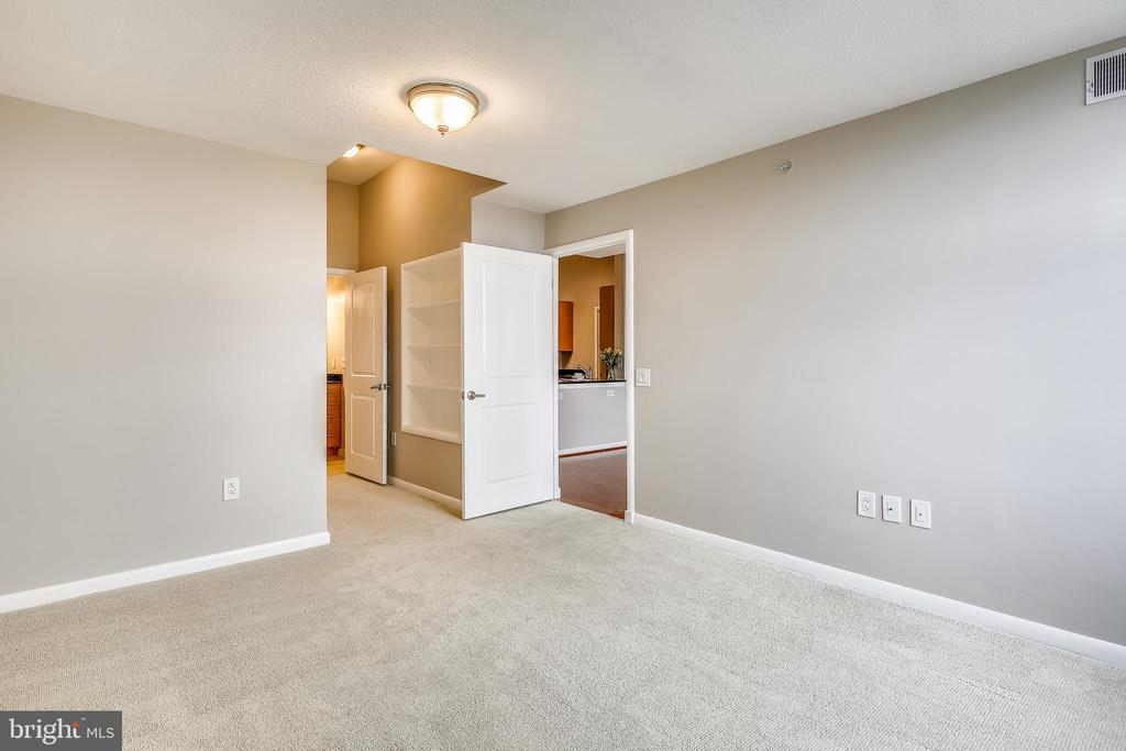 Master bedroom with neutral wall to wall - 1021 N GARFIELD ST #1030, ARLINGTON