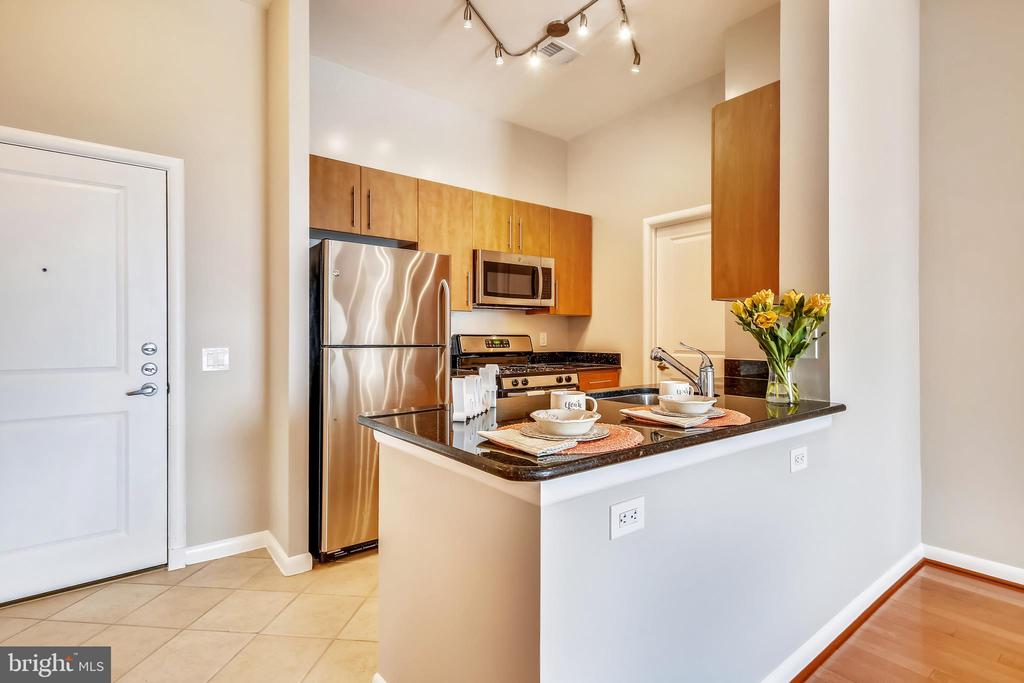 Open kitchen with view to living area - 1021 N GARFIELD ST #1030, ARLINGTON