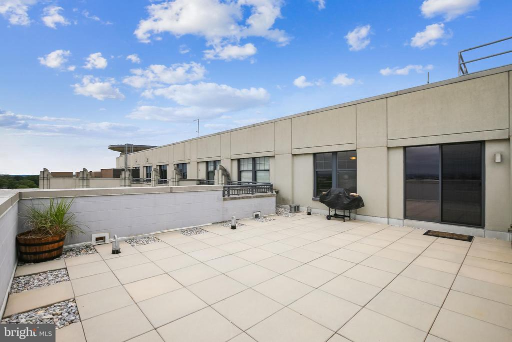 Nearly 550 square feet of outdoor living - 1021 N GARFIELD ST #1030, ARLINGTON