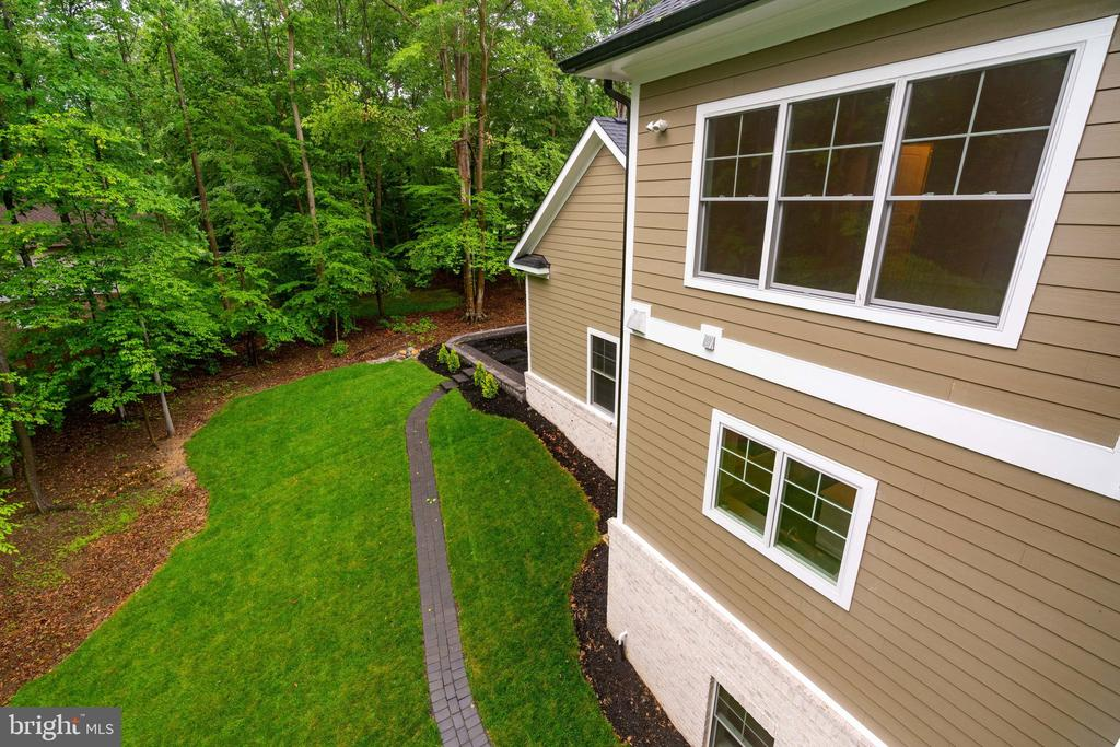 Lush Grounds - 8506 SHADEWAY PL, SPRINGFIELD