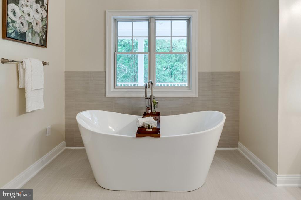 Relax in the Soaking Tub - 8506 SHADEWAY PL, SPRINGFIELD